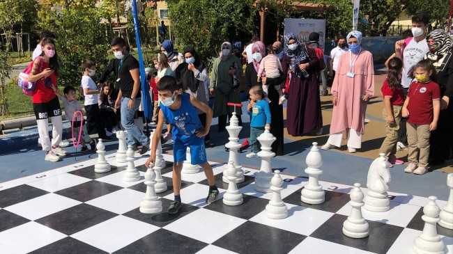 Pendik'te Çocuk Oyunları Sokağında buluşan miniklerin satranç rekabeti