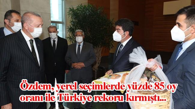 Erdoğan, rekor oy oranı ile seçimleri kazanan Turgut Özdem'le görüştü