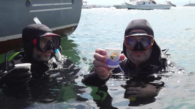 Müsilajdan arındırılan Tuzla sahilinde dalgıçların çay keyfi