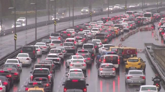 İstanbul'da yağmur trafiği etkiledi